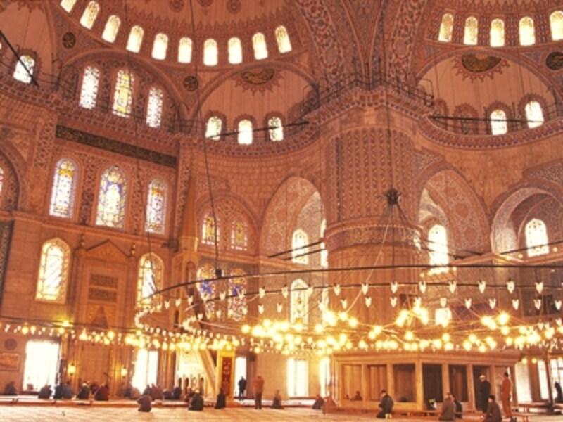 青のタイルやステンドグラスが美しいブルー・モスク。1日5回、いまもここで礼拝が行われている©牧哲雄