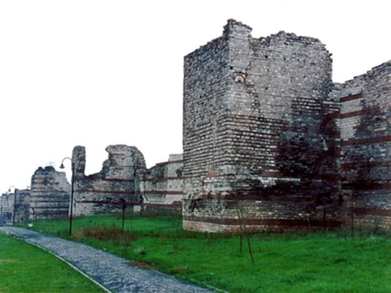 iスタンブールを1,600年の間支えたテオドシウスの城壁©牧哲雄