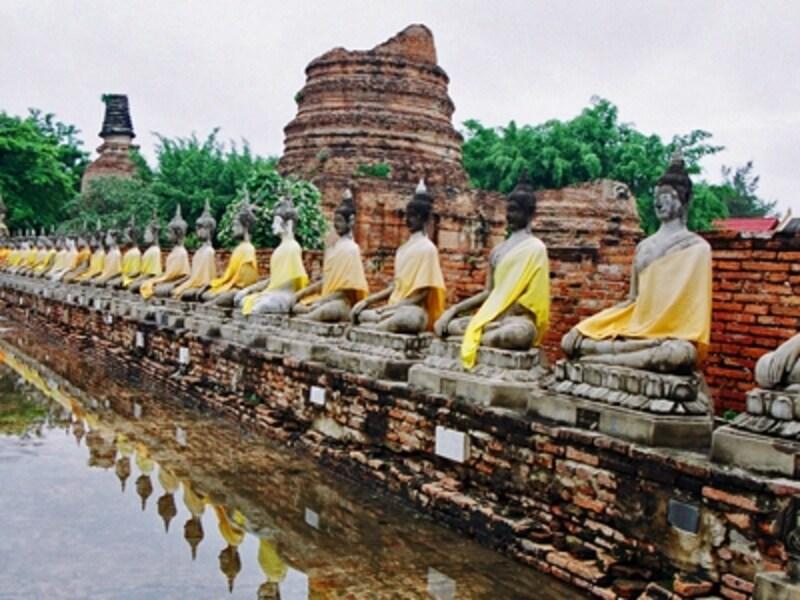 アユタヤのハイライトであるワット・ヤイ・チャイ・モンコンの仏像群。1357年、ウートーン王が建築し、度々増築された。黄色い袈裟は僧が寄進したもの