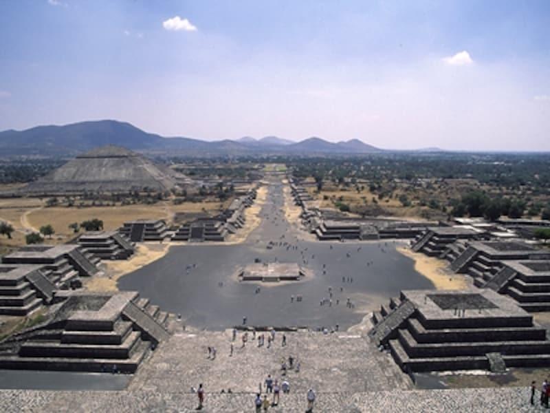 月のピラミッド頂上からの眺め。手前のスペースが月の広場、中央の道が死者の道、左が太陽のピラミッド。4~6世紀、ここがメソ・アメリカの中心だった©牧哲雄