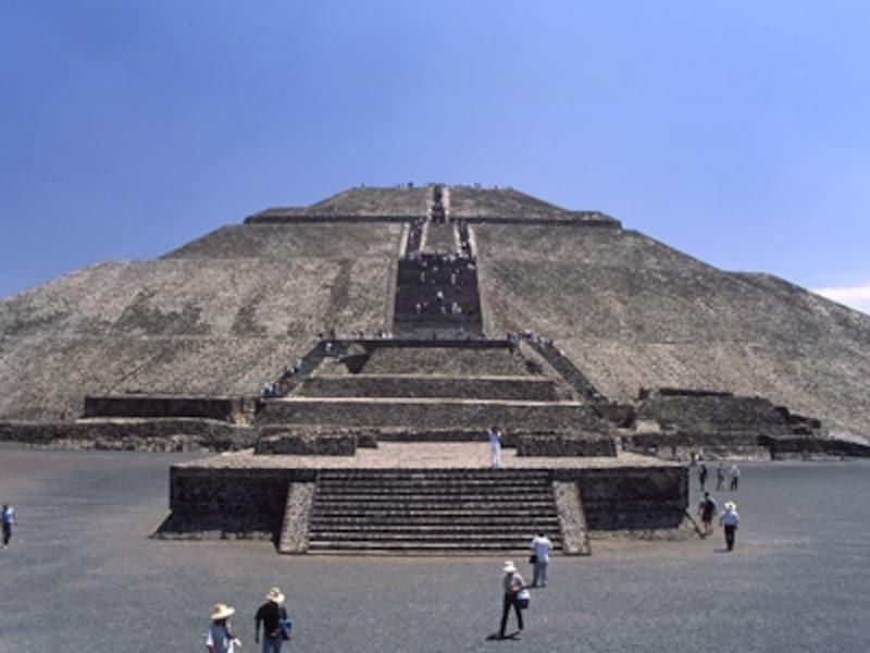 夏至の日、この太陽のピラミッドが面する写真手前の方向に日が沈む。中南米の遺跡はいずれも春分や秋分、夏至・冬至を強く意識した造りになっている©牧哲雄
