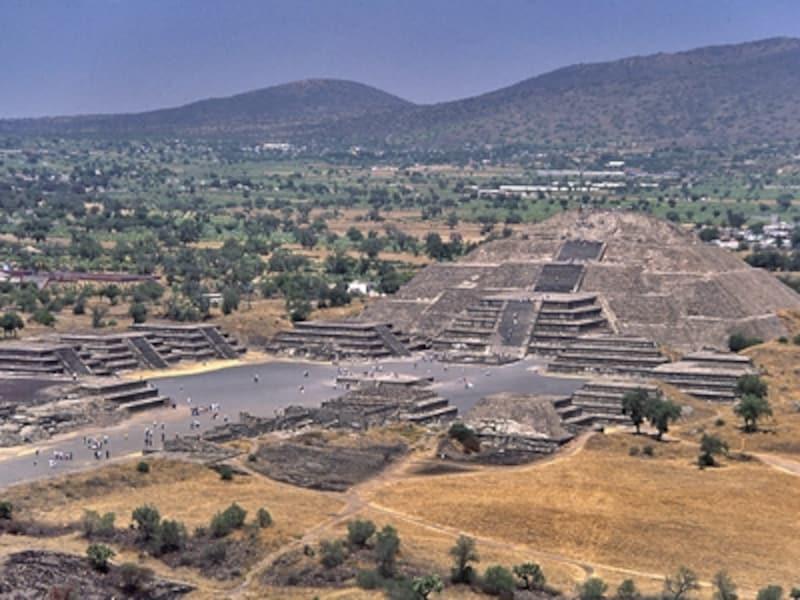 太陽のピラミッド頂上から眺めた月のピラミッド。正面の月の広場では重要な儀式が執り行われていたらしい©牧哲雄