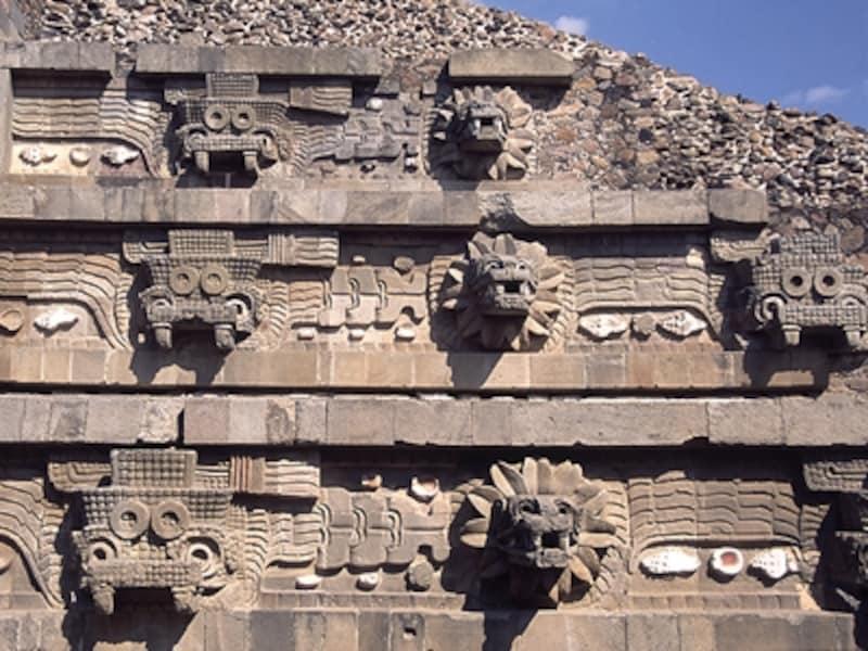 左に3体並ぶメガネをかけたような四角い像が牙を持つ雨の神トラロック。その右の3体が羽を持つ蛇の神ケツァルコアトル©牧哲雄