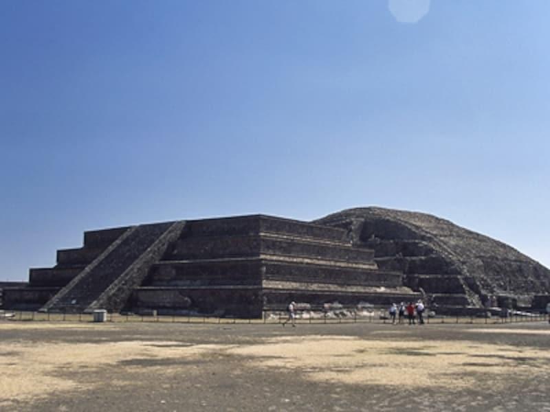 左がシウダレーラ城砦、右がケツァルコアトルの神殿。この神殿はもともとピラミッドで覆われていたが、現在シウダレーラ側だけ神々の像が残されている。古い神殿はこのように新しい神殿やピラミッドで覆われ、増築された©牧哲雄