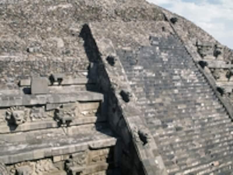 シウダレーラ城砦の裏に隠されていたピラミッド、ケツァルコアトルの神殿。ケツァルコアトルやトラロックの像が不思議な空間を生み出している©牧哲雄