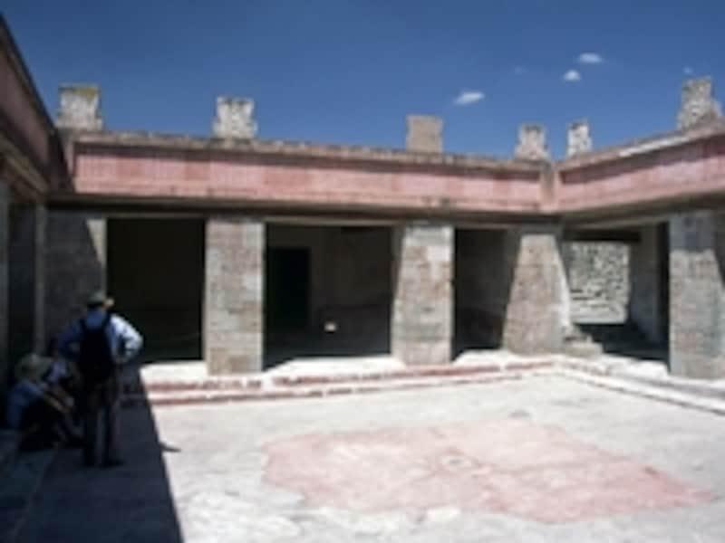 神官の住居だったケツァルパパロトルの宮殿。宮殿の柱は伝説の生物ケツァルパパロトルのレリーフで覆われている©牧哲雄