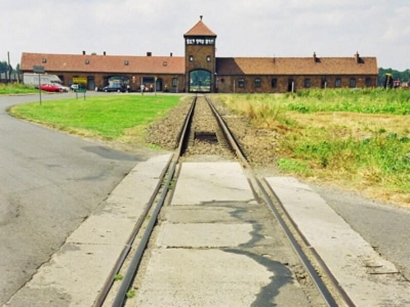 アウシュヴィッツ第二収容所ビルケナウの死の門。ユダヤ人たちを乗せた列車はこの門を通って中に入り、収容された。その多くが二度とこの門を出ることはなかったという