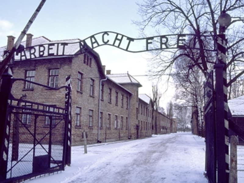 第一収容所正門。アーチには「ARBEITMACHTFREI」(働けば自由になる)とある。「B」の文字が反対になっており、囚人たちのせめてもの抵抗だったといわれる©牧哲雄