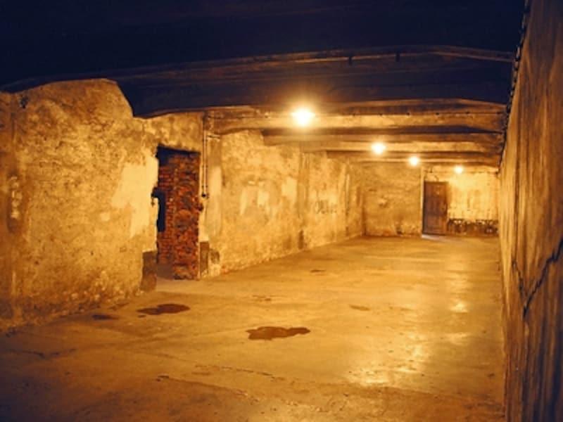 第一収容所のガス室内部。シャワーを待つ裸の囚人たちの間に毒ガス・チクロンBが投入されると、20分にわたり苦しんだあげく亡くなっていったという©牧哲雄