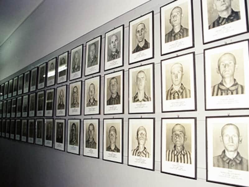 第一収容所6号棟に掲げられている囚人たちの顔写真。収容されると三面から顔写真を撮影された©牧哲雄