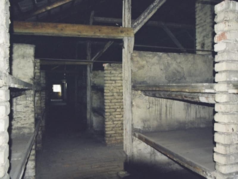 第二収容所収容棟のベッド。腐ったワラを敷いた三段ベッドの一段に数人が詰め込まれた