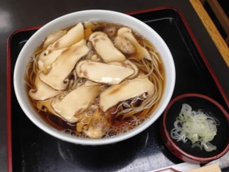 季節メニューの「松たけそば」。松たけを玉子とじにした「松たけ丼」(1500円)というメニューも。
