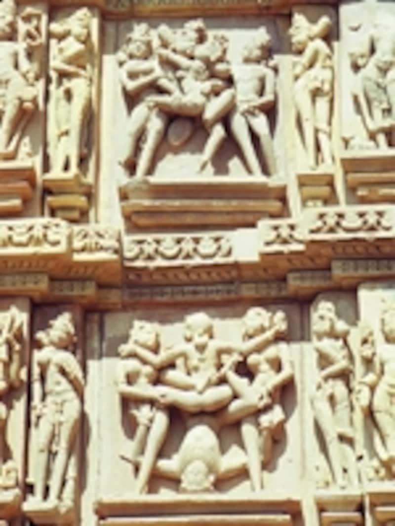 カンダーリヤ・マハーデーヴァ寺院の男女交合像ミトゥナ。神々の像とともに多数のミトゥナが彫られている