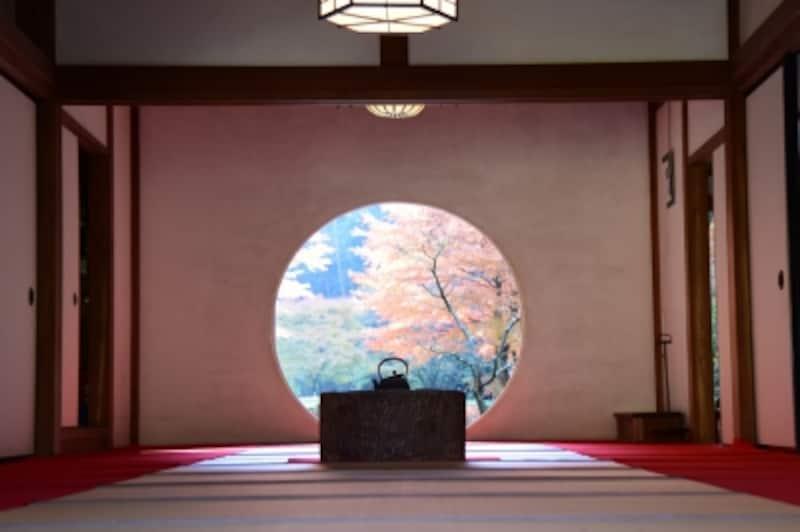 明月院undefined本堂の円窓(2015年12月9日撮影)