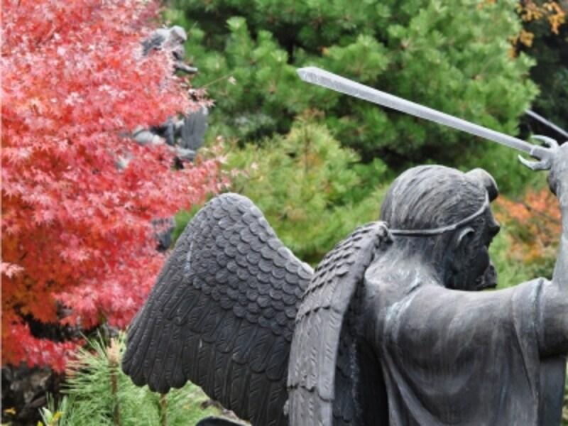建長寺の裏山にまつられている建長寺の鎮守「半僧坊」の烏天狗の像と紅葉(2009年11月29日撮影)
