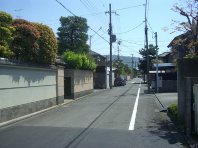 北山通、北大路通、下鴨本通と幹線に近いが通過交通は少なく閑静なエリア