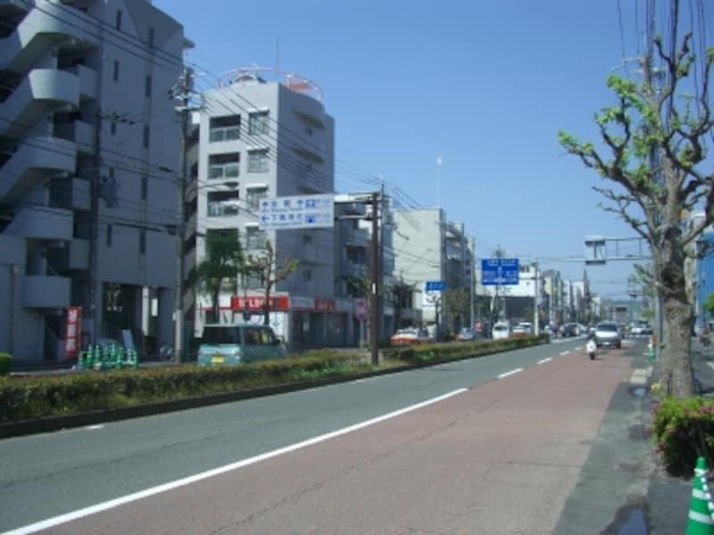 1~2分西へ歩くと下鴨本通。南へ行けば賀茂川を渡り河原町通りとなる。