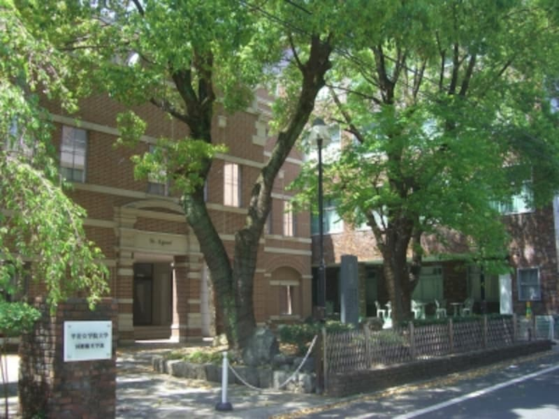 南側にある平安女学院。中学校・高校・大学がある。