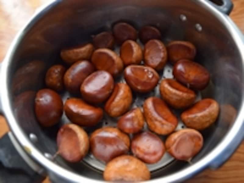 冷凍保存した栗は圧力鍋で蒸していただきます