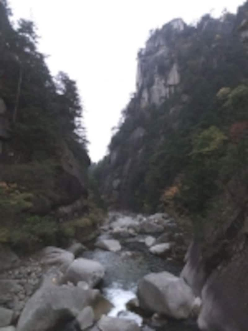 両方から崖が迫り来る昇仙峡
