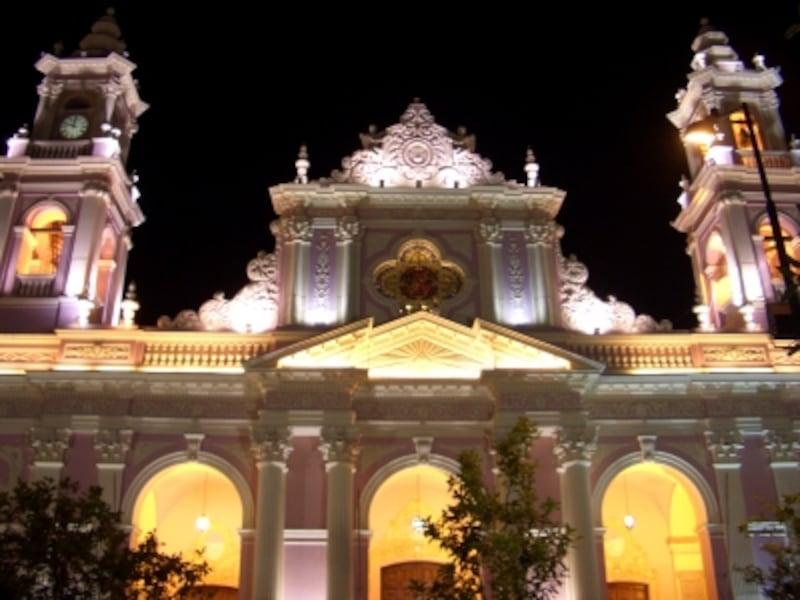 ピンク色の瀟洒なサルタの大聖堂はライトアップされた夜景も美しい。