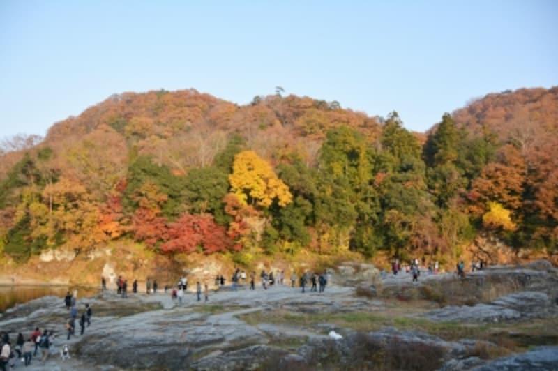 秋には紅葉の彩りに包まれる岩畳の河原