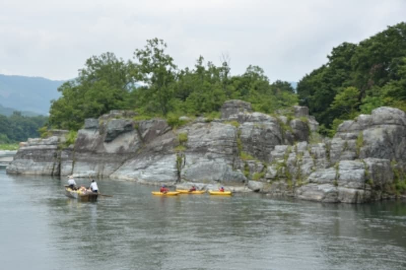 ライン下りの船とラフティングボートが交差する岩畳