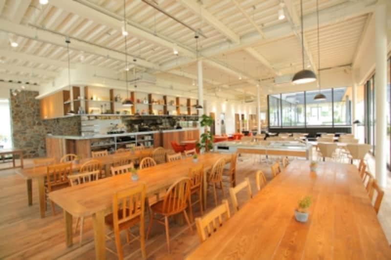 海風が通り抜けるような開放感のある明るいカフェスペース。住宅資材だけでここまで演出できるとは驚き