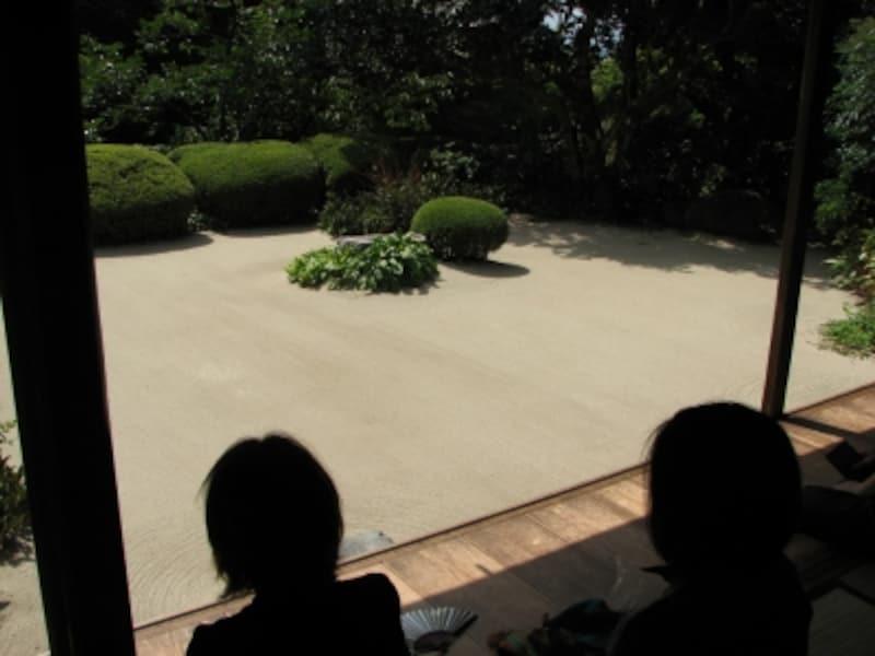 詩仙の間から庭を眺める