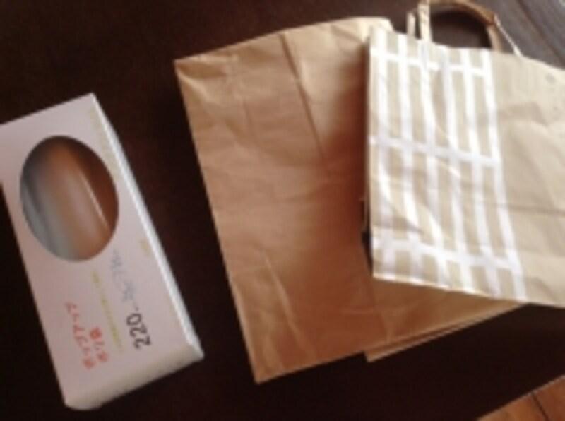 ホームセンターで買ったビニールの袋と、買い物のときの紙袋