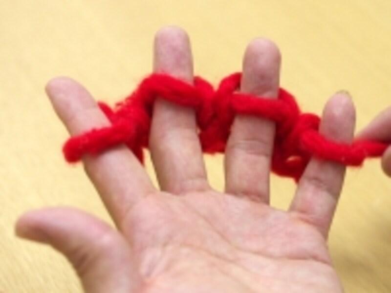 2段めを編み、親指の糸をはずす