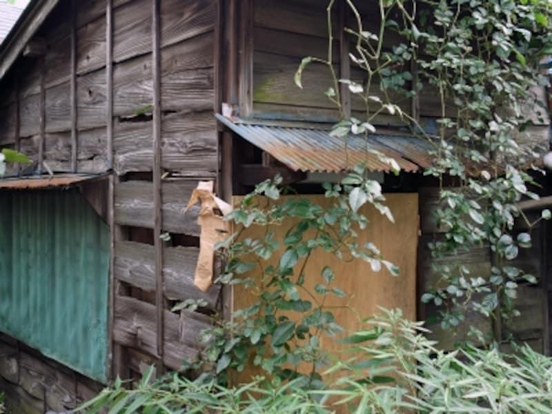 老朽化した空き家の外観