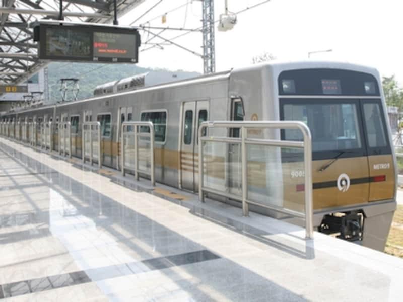 荷物さえ少なければ安くて便利な地下鉄。写真は9号線(C)SeoulMetroLine9