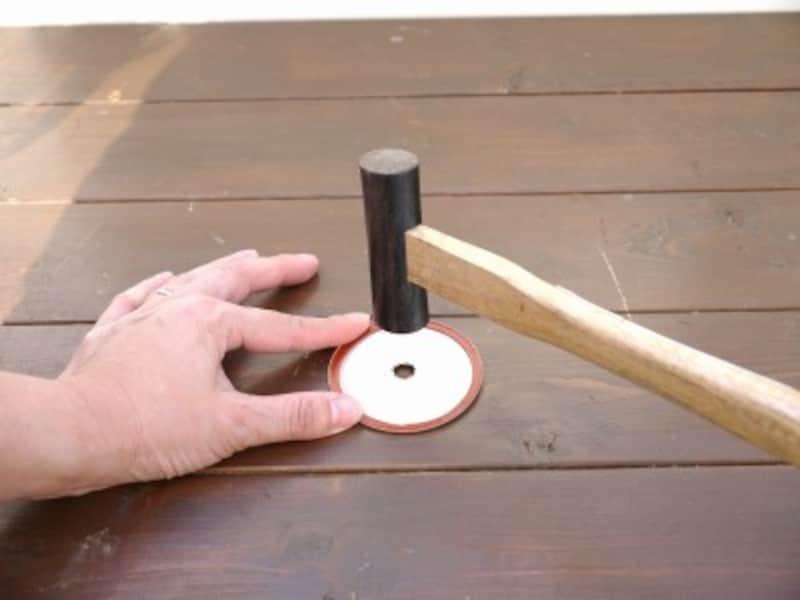 金属の角をつぶすようにします