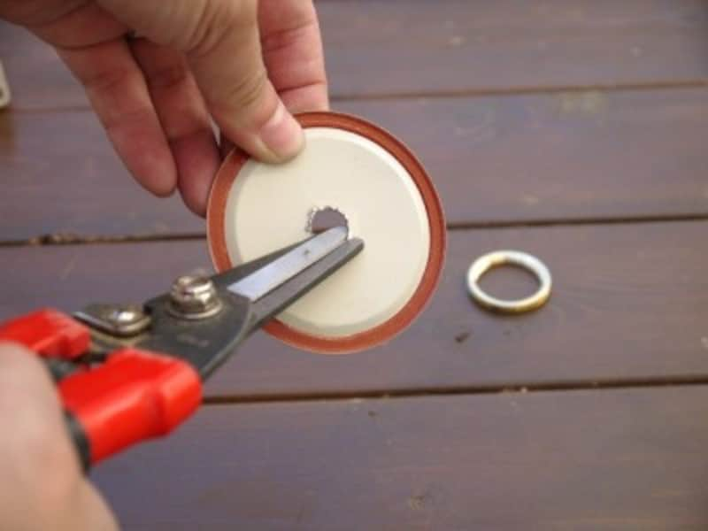 金属片で怪我をしないよう注意してください