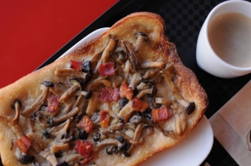 「タルトフランベ」(250円)はキノコの他、玉ねぎとベーコンや、トマトとズッキーニなどの種類も