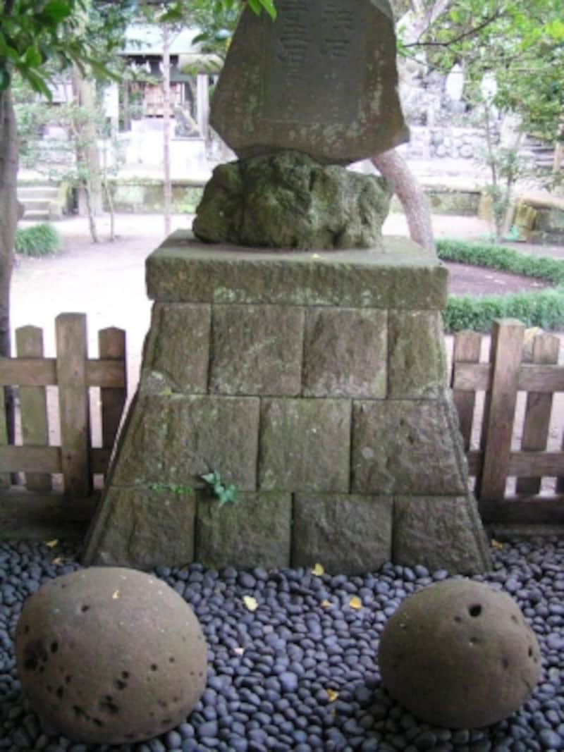 左が手玉石(約105キロ)、右が袂石(約60キロ)