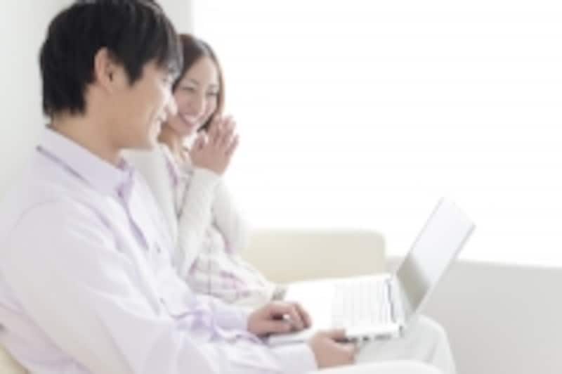 PCを操る男性に感動する女性
