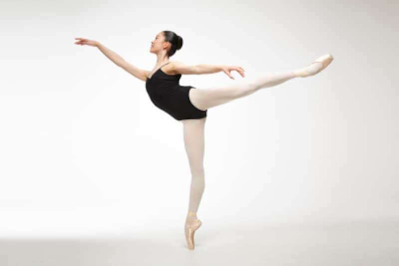 バレエのアラベスクのポーズは、踊りに多様性を与えてくれます。