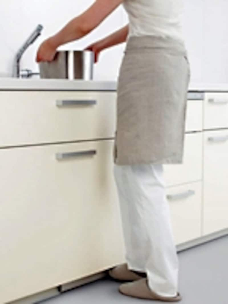 フットスイッチを取り付けできる水栓には条件があるので、事前にしっかり確認を。料理や後片付けがぐんとラクに(キッチンリフォームで家事の時短技!より)