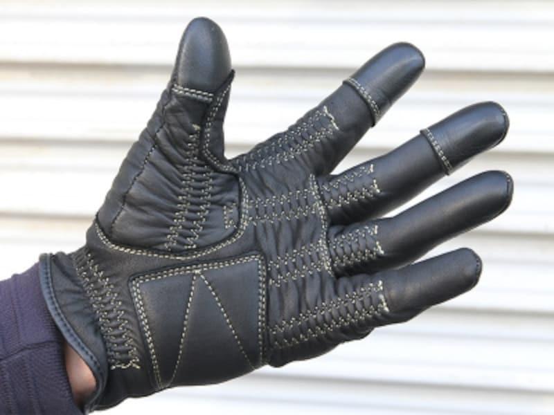 親指・人差し指・中指にタッチパネル操作を可能にする素材が付与されたレザーグローブ。今後、こういう製品が増えてくることは間違いありません。