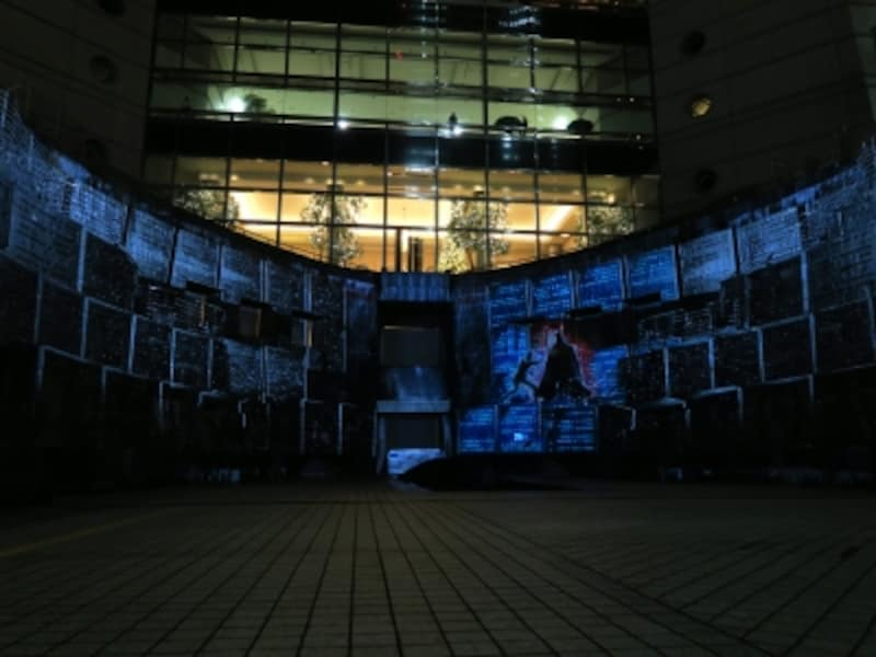 高さ約10m、横幅約29mの迫力とスケール感に満ちたオリジナル映像が体感できます。ルーク・スカイウォーカーとダース・ベイダーが戦うシーンは圧巻!(C)&TMLucasfilmLtd.
