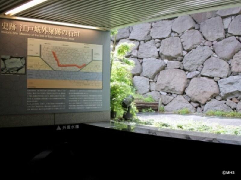 「虎ノ門」駅構内から見える城壁