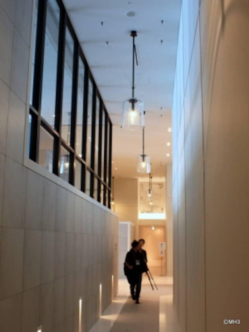 「アンダーズ東京」の「AOSPAANDCLUB(アオスパ&クラブ)」廊下