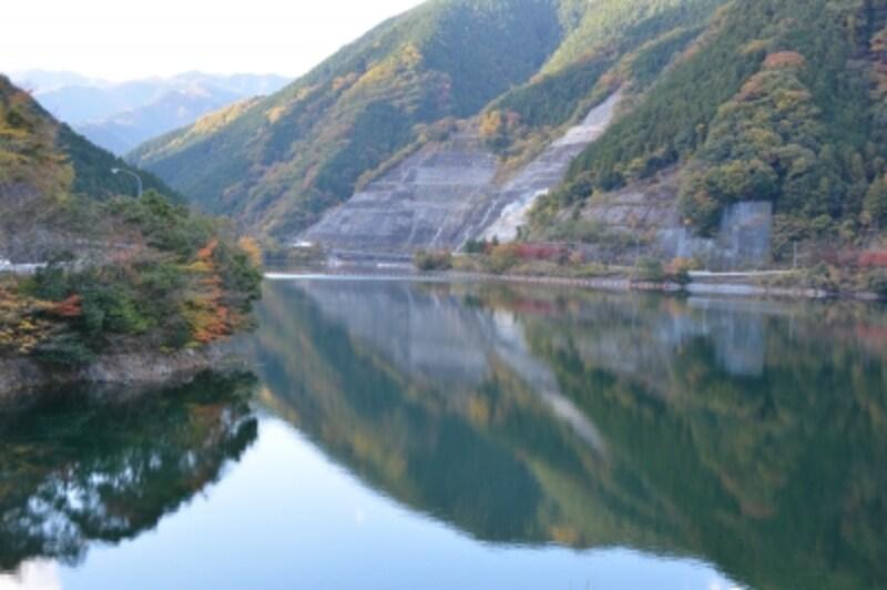湖に映り込む名栗湖の紅葉