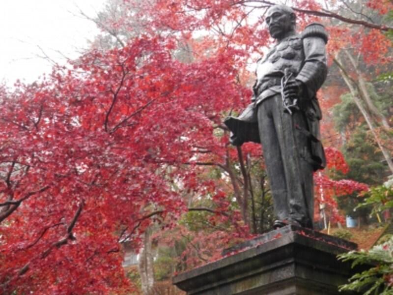 紅葉に包まれる東郷元帥像