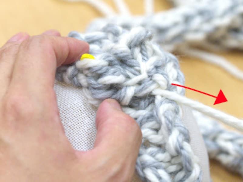 編み地から糸を引き出す