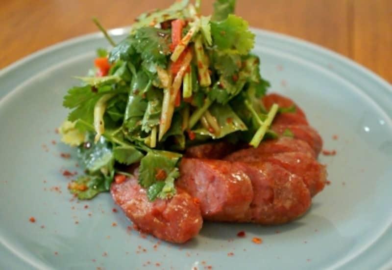 自家製台湾式腸詰と老虎菜