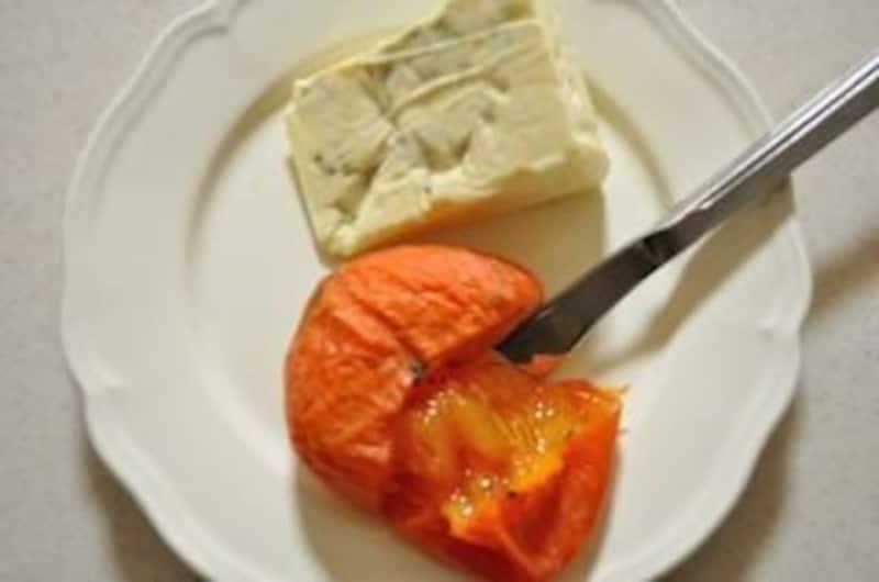 熟した柿とブルーチーズ