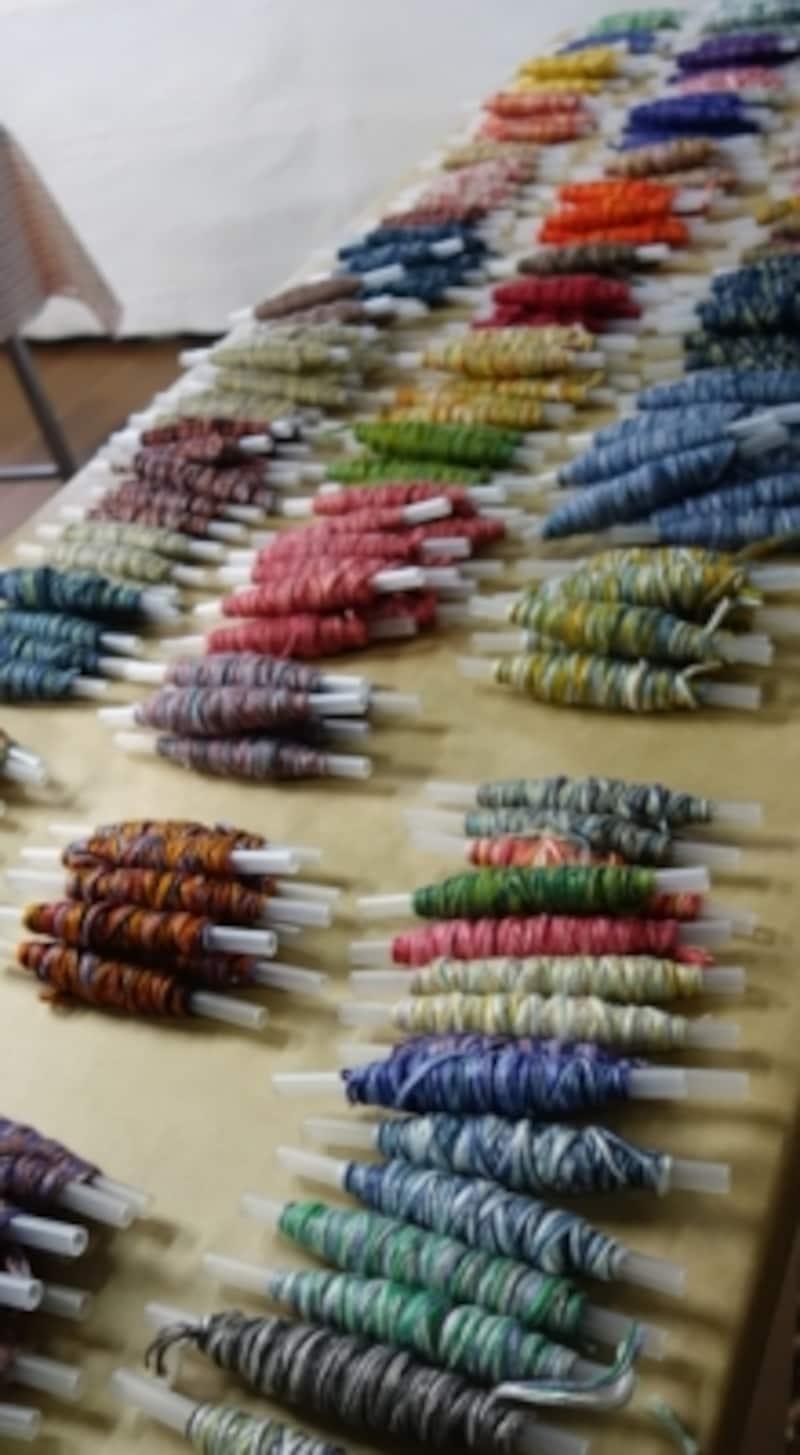 いろんな色の糸から、好きなものを選びます。